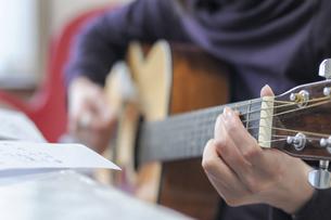 ギターを弾く人の写真素材 [FYI04747686]