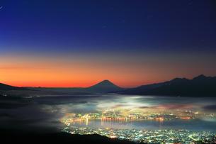 町明かりに雲海と夜明けの富士山と星の写真素材 [FYI04748021]