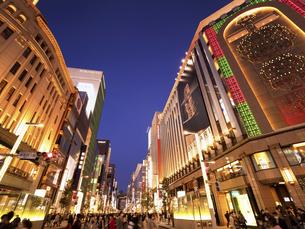 東京都 夕暮れの銀座四丁目交差点の写真素材 [FYI04748057]