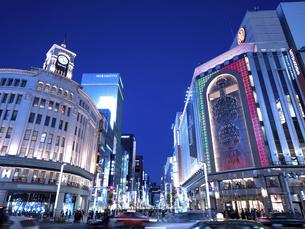 東京都 夕暮れの銀座四丁目交差点の写真素材 [FYI04748058]