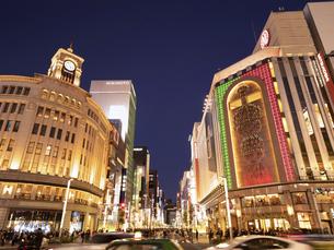 東京都 夕暮れの銀座四丁目交差点の写真素材 [FYI04748059]