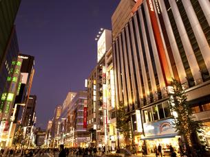 東京都 夕暮れの銀座中央通りの写真素材 [FYI04748060]