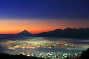 町明かりに雲海と夜明けの富士山の写真素材 [FYI04748076]