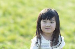 微笑む女の子の写真素材 [FYI04748101]
