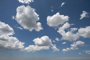 青空に浮かぶ雲の写真素材 [FYI04748143]