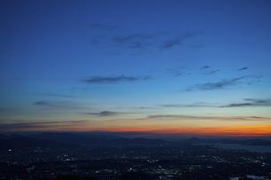米の山展望台から見た福岡市の夕景と街の灯りの写真素材 [FYI04748159]