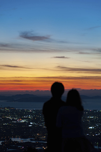 夕景を見るカップルの後ろ姿の写真素材 [FYI04748161]