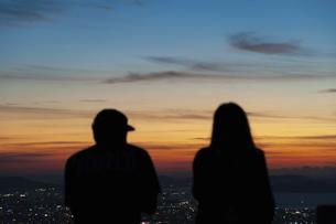 夕景を見るカップルの後ろ姿の写真素材 [FYI04748162]