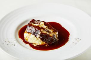 牛タン赤ワイン煮の写真素材 [FYI04748221]