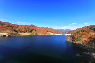 秋の八ッ場ダムと紅葉の写真素材 [FYI04748290]