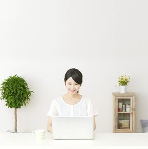日本人女性の写真素材 [FYI04753558]