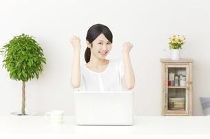 日本人女性の写真素材 [FYI04753847]