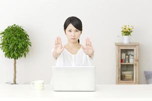日本人女性の写真素材 [FYI04753862]