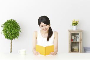 日本人女性の写真素材 [FYI04754200]