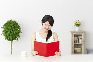 日本人女性の写真素材 [FYI04754205]
