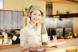 飲食店店員の写真素材 [FYI04755787]