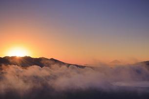 高ボッチ高原から望む八ヶ岳から朝日の出た瞬間と富士山と雲海の写真素材 [FYI04756628]