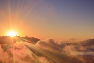高ボッチ高原から望む八ヶ岳連峰から昇る朝日と富士山と雲海の写真素材 [FYI04756631]