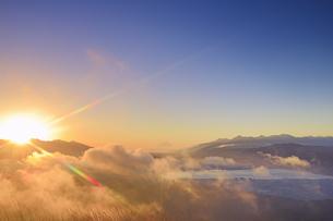 高ボッチ高原から望む八ヶ岳連峰から昇る朝日と富士山と雲海の写真素材 [FYI04756640]