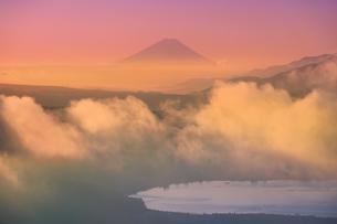 高ボッチ高原から望む朝の富士山と雲海と諏訪湖の写真素材 [FYI04756643]