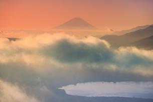 高ボッチ高原から望む朝の富士山と雲海と諏訪湖の写真素材 [FYI04756646]