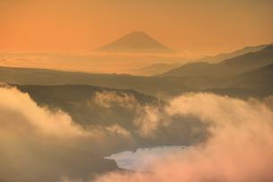 高ボッチ高原から望む朝の富士山と雲海と諏訪湖の写真素材 [FYI04756650]
