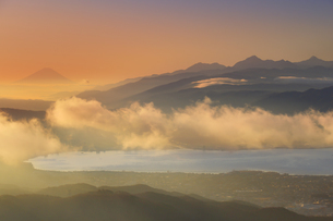 高ボッチ高原から望む朝の富士山と南アルプスと雲海と諏訪湖の写真素材 [FYI04756652]