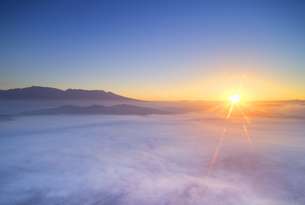 生島足島神社上空から望む浅間山と雲海と朝日の写真素材 [FYI04756660]
