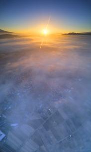 生島足島神社上空から望む下之郷と雲海と朝日の写真素材 [FYI04756665]
