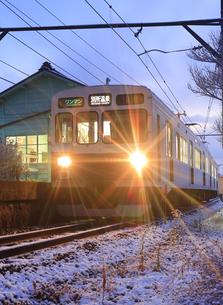 夜明けの新雪の八木沢駅に停車する別所線のまるまどりーむ号の写真素材 [FYI04756717]