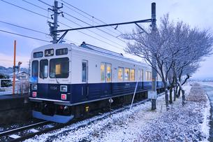 朝の新雪の八木沢駅に停車する別所線のまるまどりーむ号の写真素材 [FYI04756725]