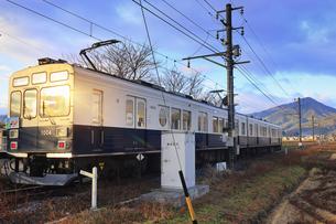 舞田駅に停車する朝日に輝く別所線のまるまどりーむ号の写真素材 [FYI04756728]