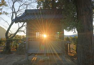 泥宮大神に射し込む冬至前の夕日の写真素材 [FYI04756735]