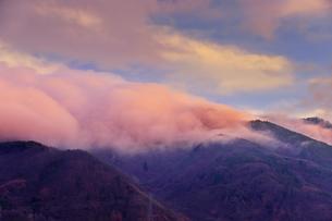 朝日に染まる太郎山の逆さ霧の写真素材 [FYI04756745]