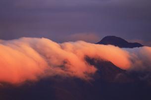 朝日に染まる逆さ霧と大峯山の写真素材 [FYI04756757]
