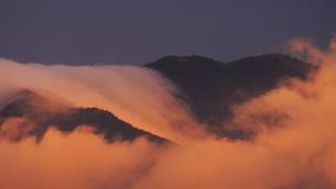 朝日に染まる太郎山の逆さ霧の写真素材 [FYI04756827]