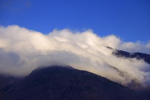 朝の太郎山の逆さ霧の写真素材 [FYI04756830]
