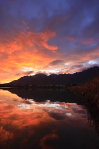 朝焼けの水鏡の舌喰池と独鈷山の写真素材 [FYI04756837]