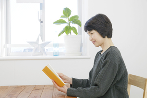 日本人女性の写真素材 [FYI04757889]