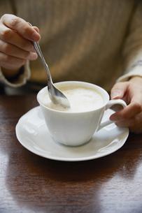 ドリンク/カップ/コーヒーカップ/スプーン/ラテ/ソーサーの写真素材 [FYI04758326]