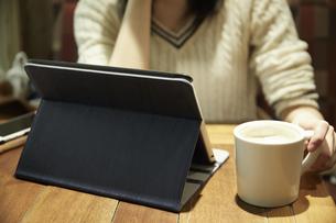 タブレットPCを見る女性の写真素材 [FYI04758338]