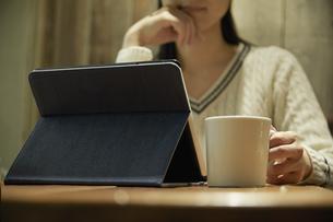 タブレットPCを見る女性の写真素材 [FYI04758341]