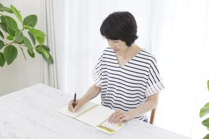 日本人女性の写真素材 [FYI04758490]