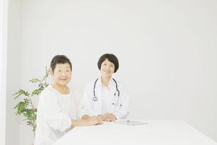 医師と患者の写真素材 [FYI04758516]