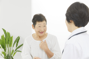 医師と患者の写真素材 [FYI04758524]