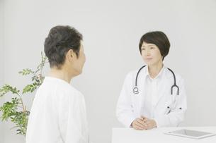 医師と患者の写真素材 [FYI04758536]