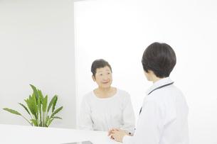医師と患者の写真素材 [FYI04758545]