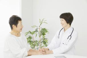 医師と患者の写真素材 [FYI04758557]