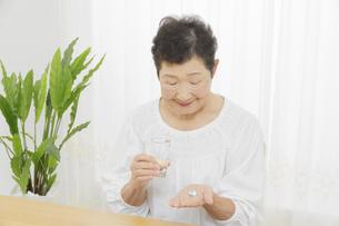 日本人シニア女性の写真素材 [FYI04758713]