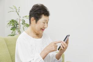 日本人シニア女性の写真素材 [FYI04758792]